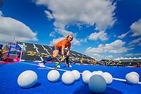 LONDEN -  Laurien Leurink (Ned) geeft de bal aan tijdens de training in het Lee Valley Hockeystadium bij het  wereldkampioenschap hockey voor vrouwen. Het Nederlands elftal maakt zich op voor de kwartfinale .  COPYRIGHT KOEN SUYK