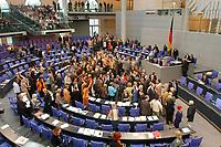 26 SEP 2003, BERLIN/GERMANY:<br /> Namentliche Abstimmung durch, nach der Bundestagsdebatte zur Gesundheitsreform, Plenum, Deutscher Bundestag<br /> IMAGE: 20030926-01-059<br /> KEYWORDS: Übersicht, Uebersicht, Plenarsaal