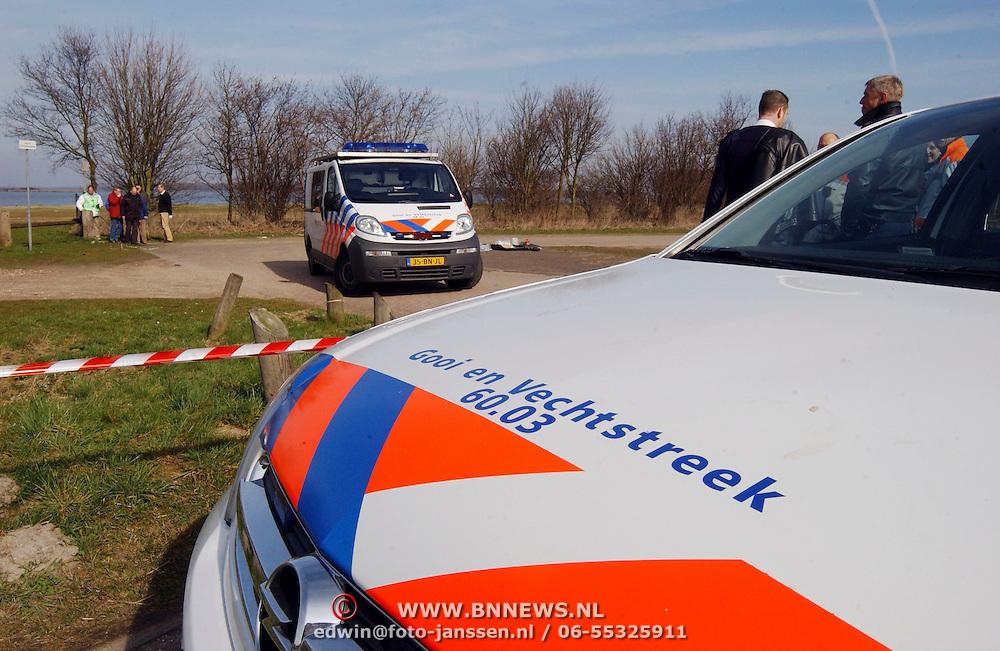 Duitse auto gevonden onder verdachte omstandigheden parkeerplaats Stichtse Strand Voorland Blaricum.politie, politieauto, afezetting, afzetlint, lint, gooi & Vechtstreek, onderzoek, vergadering