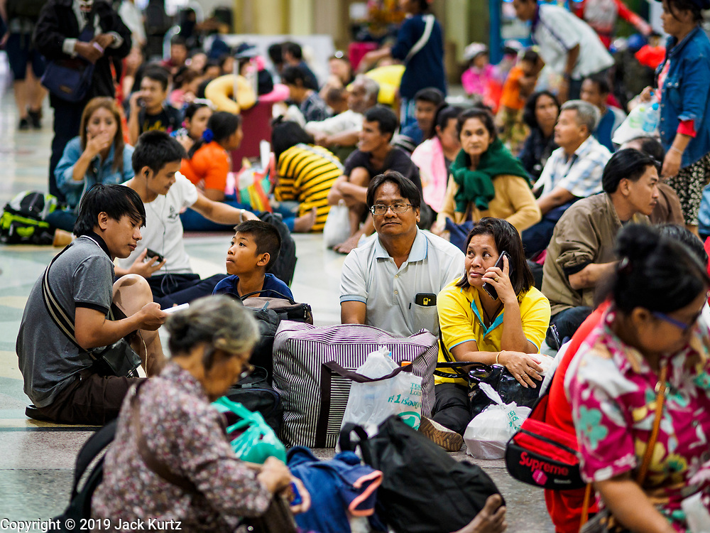 02 JANUARY 2019 - BANGKOK, THAILAND:      Passengers in the main waiting area of Hua Lamphong Train Station in Bangkok wait for their trains to be called. The train and bus stations in Bangkok were crowded Wednesday with people going home after the long New Year's weekend.     PHOTO BY JACK KURTZ