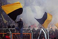 Fotball<br /> 2. Bundesliga Tyskland<br /> Dynamo Dresden v Energie Cottbus<br /> 05.12.2005<br /> Foto: imago/Digitalsport<br /> NORWAY ONLY<br /> <br /> Rauchschwaden und wehende Fahnen im Dresdener Fanblock<br /> <br /> Tribunebråk / uroligheter / fans