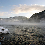 Noorwegen Gol 31 december 2008 20081231 Foto: David Rozing .Wintertafereel, de rivier bij het dorpje Gol stoomt door de vrieskou van min 15 graden Celsius .Wintertime, river at Gol is steaming because of the frost..Foto: David Rozing