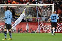 FOOTBALL - FIFA WORLD CUP 2010 - 1/2 FINAL - URUGUAY v NETHERLANDS - 6/07/2010 - GOAL GIOVANNI VON BRONCKHORST (NED) - FERNANDO MUSLERA (URU)<br /> PHOTO FRANCK FAUGERE / DPPI