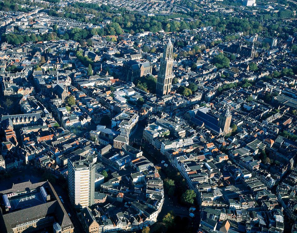 Nederland, Utrecht, Utrecht, 17-10-2003; luchtfoto (25% toeslag); overzicht binnenstad Utrecht; linksonder hoofdpostkantoor op het Neude en gelijknamige kantoorflat, midden vanaf onder - met bomen - de krommimg van de Oudegracht, overgaand in Stadhuisbrug (Stadhuis met nieuwbouw); midden Domtoren met daarachter Domkerk; rechts van de  Domtoren de Buurkerk.<br /> Foto Siebe Swart