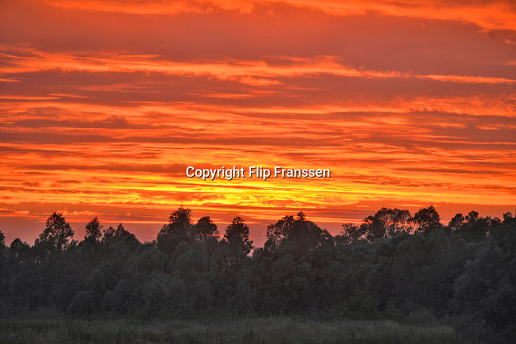 Nederland, Millingen, 3-6-2017 Foto van een mooie rode en oranje lucht van een zonsondergang . Foto: Flip Franssen