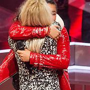 NLD/Hilversum /20131213 - Halve finale The Voice of Holland 2013, Cheyenne Toney neemt afscheid van haar coach Ilse de Lange