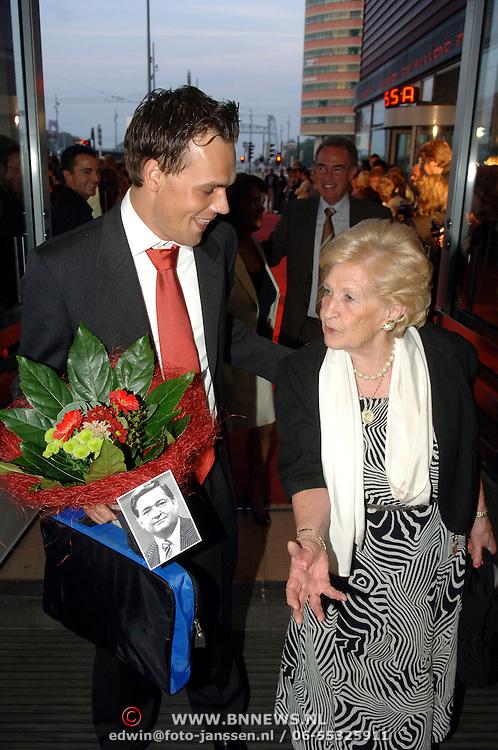 NLD/Rotterdam/20060923 - Premiere Willeke Alberti tour `Goud `, Ria Alberti en kennis, boeket met foto partner Willie