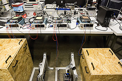 Rundgang Hochschule für Angewandte Wissenschaften Hamburg: Labore für Batterieuntersuchungen und Laderegime für Elektrobusse (Hochbahn)<br /> Batteriegrundlagenforschung, im wörtlichen Sinne des Wortes - Sichtbarmachen der Effekte in der Lithiumbatterie  /  301116<br /> <br /> ***A walk through the labs of the Academy of Applied Science in Hamburg: Labs for Research of basic research of batterie and charging, making effects of lithium batteries visible in Hamburg, Germany on November 30, 2016***