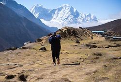 """THEMENBILD - Nepalese vor den 6000er Kangtega (6.782 m) und Thamersku (6.623 m). Wanderung im Sagarmatha National Park in Nepal, in dem sich auch sein Namensgeber, der Mount Everest, befinden. In Nepali heißt der Everest Sagarmatha, was übersetzt """"Stirn des Himmels"""" bedeutet. Die Wanderung führte von Lukla über Namche Bazar und Gokyo bis ins Everest Base Camp und zum Gipfel des 6189m hohen Island Peak. Aufgenommen am 13.05.2018 in Nepal // Trekkingtour in the Sagarmatha National Park. Nepal on 2018/05/13. EXPA Pictures © 2018, PhotoCredit: EXPA/ Michael Gruber"""