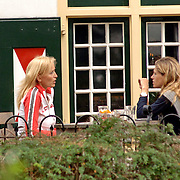 NLD/Laren/20060918 - Natascha Froger - Kunst en Danielle Overgaag drinken een kop koffie op een terras na een kennismakingsronde door Laren