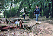 Belgie, Ieper, 4-9-2005Originele restanten van loopgraven op hill 62 uit de eerste wereldoorlog, WO-1, de grote oorlog. the great war,  bij Ieper. Een schoolklas uit engeland bezoekt het museum. belgium, WW-1, monument. Ypres, Loopgraaf.Foto: Flip Franssen/Hollandse Hoogte