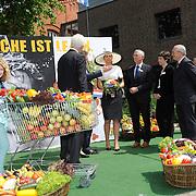 Koning en koningin bezoeken Nedersaksen. In het duitse Leer krijgt Koningin Maxima uitleg over de campagne Frische ist Leben<br /> <br /> King and Queen visit Niedersachsen. In the German town explain Queen Maxima the campaign Frische ist Leben<br /> <br /> op de foto / On the photo:  Koningin Maxima krijgt uitleg over de campagne Frische ist Leben, van Jochem Wolthuis , initiatiefnemer van de campagne<br /> <br /> Queen Maxima with campaign Frische ist Leben, Jochem Wolthuis, initiator of the campaign will explain  Koningin Maxima vertrekt / Queen Maxima Leaves
