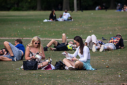 © Licensed to London News Pictures. 19/09/2020. London, UK. Picnickers enjoy the warm sunshine on the first weekend of the Rule of Six as Police patrol Hyde Park in London. Gatherings of over six people have now been banned by the Government after a spike in coronavirus cases. Prime Minister Boris Johnson announced yesterday that the UK was heading for a second wave with the North East already under lockdown.  Photo credit: Alex Lentati/LNP