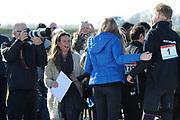 DE HOLLANDSE100 by LYMPH & CO op FlevOnice te Biddinghuizen. Een duatlon bestaande uit twee onderdelen: schaatsen en fietsen. Het evenement wordt georganiseerd om geld op te halen voor Lymph&Co dat zich inzet tegen lymfklierkanker.<br /> <br /> Op de foto: Prins Bernhard omhelst zijn gezin onder toeziend oog van Pieter van Vollenhoven (L) en prinses Annette