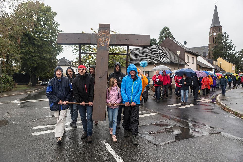 Kerpen-Manheim, DEU, 23.09.2018<br /> <br /> Katholiken tragen das Aachener Friedenskreuz durch Kerpen-Manheim<br /> <br /> Foto: Bernd Lauter/berndlauter.com