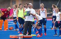 CHIGWELL - Bondscoach Max Caldas tijdens de traing.De vrouwen van het het Nederlands hockeyteam trainen vrijdag op de velden van Old Loughtonions Hockey Club voor het Olympisch toernooi dat bij het hockey zondag van start gaat.  KOEN SUYK