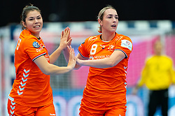 (L-R) Martine Smeets of Netherlands, Lois Abbingh of Netherlands in action during the Women's EHF Euro 2020 match between Croatia and Netherlands at Sydbank Arena on december 06, 2020 in Kolding, Denmark (Photo by RHF Agency/Ronald Hoogendoorn)