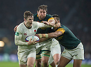 Twickenham, United Kingdom.  Elliot DALY looking to breat the tackle fromWillem ALBERTS and Damian DE ALLENDE,  during the Old Mutual Wealth Series match.: England vs South Africa, at the RFU Stadium, Twickenham, England, Saturday, 12.11.2016<br /> <br /> [Mandatory Credit; Peter Spurrier/Intersport-images]