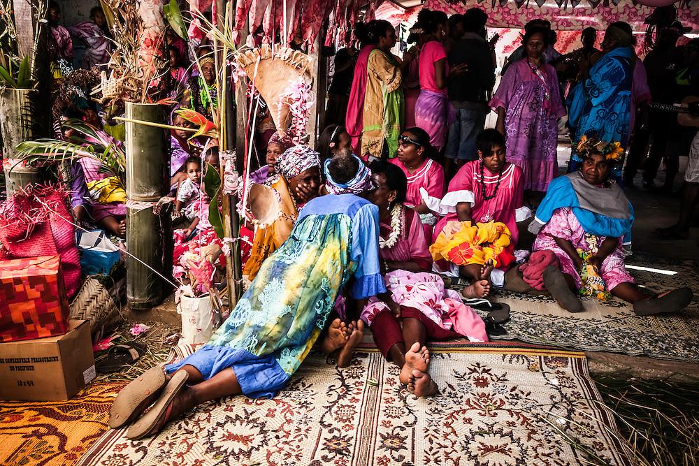 Les femmes du clan de l'homme embrasse les femmes du clan de la femme.