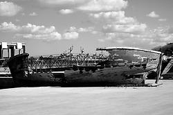 Taranto, peschereccio abbandonato sulla banchina del lungomare