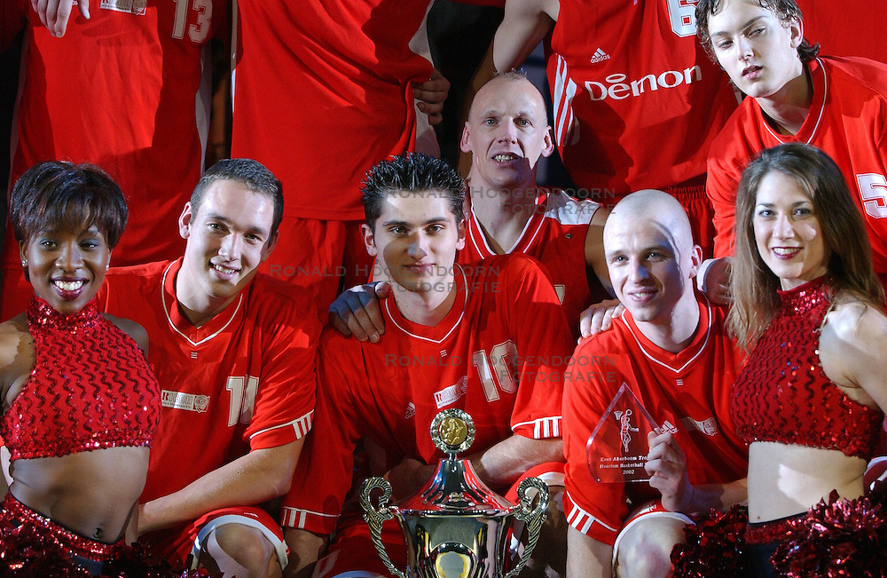 30-12-2002 BASKETBAL: HBW FINALE RICOH ASTRONAUTS - RACING BASKET ANTWERPEN: HAARLEM<br /> De winnaars met oa. Bennes, Rouwhorst, Burneika, Ridl, v Holst, Jansen, Cvjetkovic en Tomaljak<br /> ©2002-WWW.FOTOHOOGENDOORN.NL