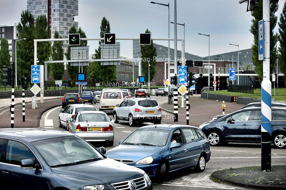 Nederland, Amsterdam , 19 juli 2011..File voor de Piet Hein Tunnel vanwege de gesloten IJtunnel waar iedere zomer herstelwerkzaamheden plaatsvinden..Foto:Jean-Pierre Jans