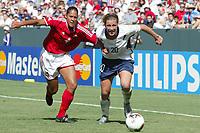 Fotball<br /> VM kvinner 2003<br /> Foto: Digitalsport<br /> Norway Only<br /> <br /> FOOTBALL - FEMALE WORLD CUP 2003 - 3RD PLACE - 031011 - USA v CANADA - ABBY WAMBACH (USA) / SASHA ANDREWS (CAN) - PHOTO ALAIN GADOFFRE