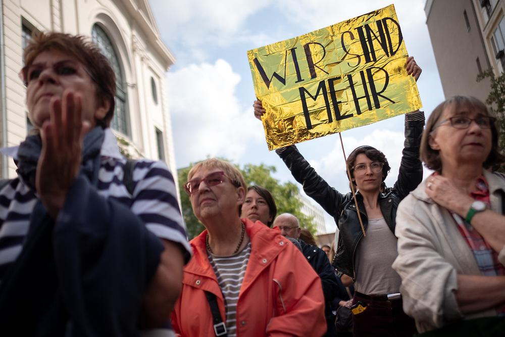 """Mit einer Kundgebung unter dem Motto """"Sachsen! Stop den Mob!"""" protestieren mehrere hundert Menschen vor der Sächsischen Landesvertretung in Berlin - Mitte gegen die rechtsextremen Ausschreitungen in Chemnitz und, die Fehleinschätzungen der sächsichen Sicherheitsbehörden und die Untätigkeit der sächsischen Landesregierung. Demonstrantin mit Schild: Wir sind mehr.<br /> <br /> [© Christian Mang - Veroeffentlichung nur gg. Honorar (zzgl. MwSt.), Urhebervermerk und Beleg. Nur für redaktionelle Nutzung - Publication only with licence fee payment, copyright notice and voucher copy. For editorial use only - No model release. No property release. Kontakt: mail@christianmang.com.]"""