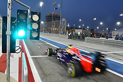 18.04.2015, International Circuit, Sakhir, BHR, FIA, Formel 1, Grand Prix von Bahrain, Qualifying, im Bild Daniil Kvyat (RUS) Red Bull Racing RB11 passes the Pit exit lights // during Qualifying of the FIA Formula One Bahrain Grand Prix at the International Circuit in Sakhir, Bahrain on 2015/04/18. EXPA Pictures © 2015, PhotoCredit: EXPA/ Sutton Images/ Mark<br /> <br /> *****ATTENTION - for AUT, SLO, CRO, SRB, BIH, MAZ only*****