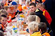 Koning Willem Alexander opent Koningsspelen in Lemmer. Dit jaar staat het thema water drinken centraal.<br /> <br /> King Willem Alexander opens King's Games in Lemmer. This year the theme is drinking water.<br /> <br /> Op de foto / On the photo: <br /> <br />  Sven Kramer