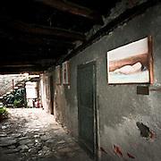 """Arcumeggia il paese dipinto in provincia di Varese. """"Nudo femminile disteso"""" di Armissao Lima"""