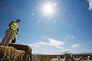 Teamleden helpen mee met het klaarmaken van het parcours. Het Human Power Team Delft en Amsterdam (HPT), dat bestaat uit studenten van de TU Delft en de VU Amsterdam, is in Amerika om te proberen het record snelfietsen te verbreken. In Battle Mountain (Nevada) wordt ieder jaar de World Human Powered Speed Challenge gehouden. Tijdens deze wedstrijd wordt geprobeerd zo hard mogelijk te fietsen op pure menskracht. Het huidige record staat sinds 2015 op naam van de Canadees Todd Reichert die 139,45 km/h reed. De deelnemers bestaan zowel uit teams van universiteiten als uit hobbyisten. Met de gestroomlijnde fietsen willen ze laten zien wat mogelijk is met menskracht. De speciale ligfietsen kunnen gezien worden als de Formule 1 van het fietsen. De kennis die wordt opgedaan wordt ook gebruikt om duurzaam vervoer verder te ontwikkelen.<br /> <br /> The Human Power Team Delft and Amsterdam, a team by students of the TU Delft and the VU Amsterdam, is in America to set a new world record speed cycling.In Battle Mountain (Nevada) each year the World Human Powered Speed Challenge is held. During this race they try to ride on pure manpower as hard as possible. Since 2015 the Canadian Todd Reichert is record holder with a speed of 136,45 km/h. The participants consist of both teams from universities and from hobbyists. With the sleek bikes they want to show what is possible with human power. The special recumbent bicycles can be seen as the Formula 1 of the bicycle. The knowledge gained is also used to develop sustainable transport.