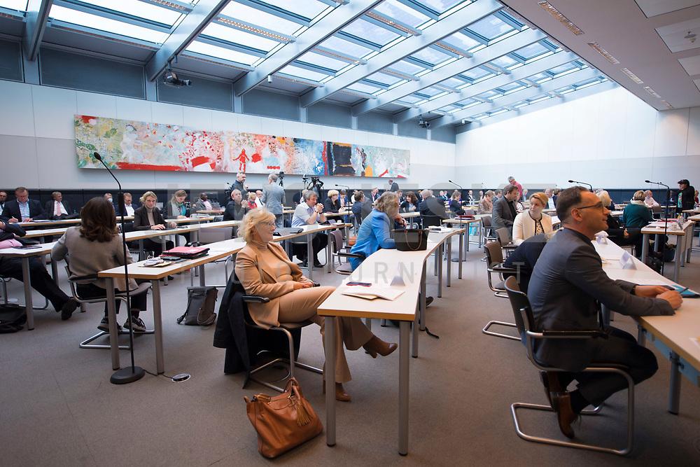 DEU, Deutschland, Germany, Berlin, 05.05.2020: Christine Lambrecht, Heiko Maas, Teilnehmer der Fraktionssitzung der SPD im Deutschen Bundestag. Aufgrund der Coronakrise sind nicht alle Abgeordneten vor Ort sondern sind auch per Videokonferenz dazugeschaltet.