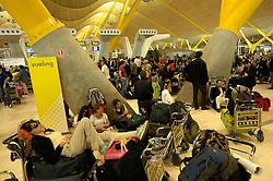 19.04.2010, Flughafen Barajas, Madrid, ESP, Flughafen Madrid Barajas im Bild wartende Fluggäste, Auch in Spanien kommte es durhc den Vulkanausbruch in Island zu grossen Verzögerungen, EXPA Pictures © 2010, PhotoCredit: EXPA/ Alterphotos/ ALFAQUI/ R. Perez / SPORTIDA PHOTO AGENCY
