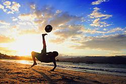 Meninos jogam bola na beira da Praia da Pinheira, Palhoça-SC.<br /> FOTO: Jefferson Bernardes/Preview.com