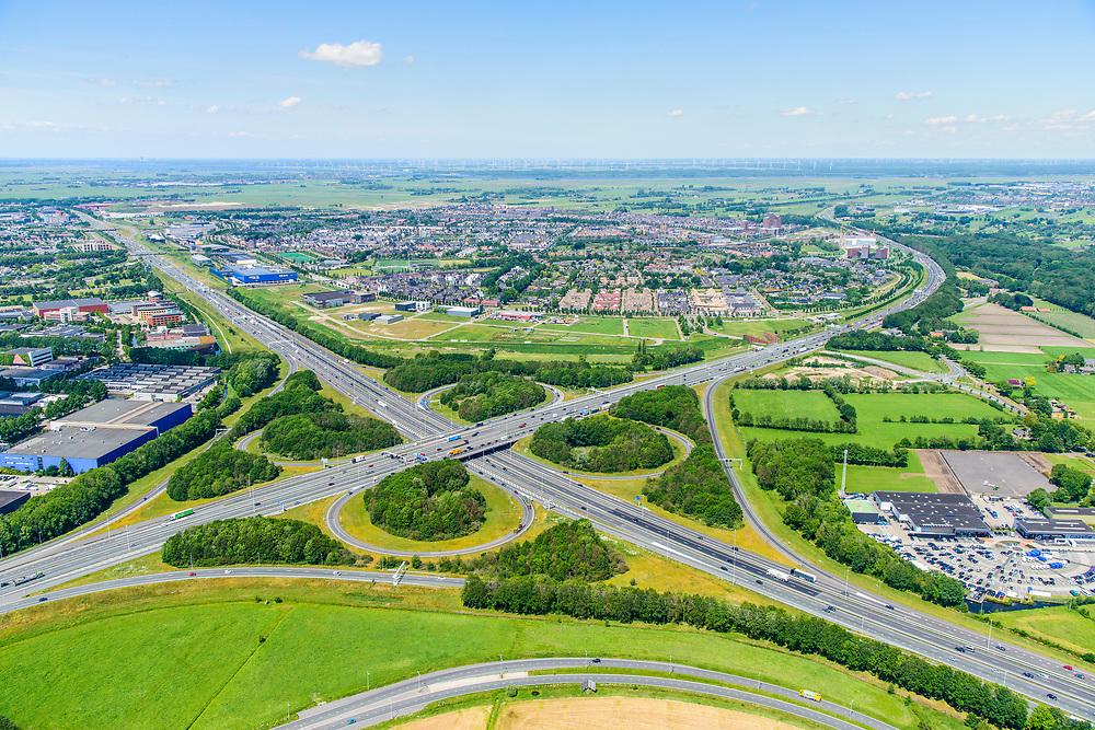 Nederland, Gelderland, Amersfoort, 29-05-2019; Knooppunt Hoevelaken, verkeersknooppunt (klaverblad), aansluiting van de autosnelwegen A28 (links-rechts) en A1 . A1 loopt tussen bedrijventerrein De Hoef (links) en Vathorst (rechts).<br /> Hoevelaken junction, near Amersfoort<br /> <br /> aerial photo (additional fee required); luchtfoto (toeslag op standard tarieven); copyright foto/photo Siebe Swart