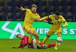 Oscar Hiljemark og Martin Olsson (Sverige) vinder nærkamp med Jens Stryger Larsen (Danmark) under venskabskampen mellem Danmark og Sverige den 11. november 2020 på Brøndby Stadion (Foto: Claus Birch).