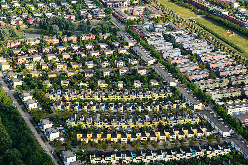 Nederland, Flevoland, Almere, 27-08-2013; Almere-Buiten, Regenboogbuurt met rijen vrolijk gekleurde eengezinswoningen.<br /> Residential distict Regenbouwbuurt (Rainbow Area),  rows of brightly colored family houses.<br /> luchtfoto (toeslag op standaard tarieven);<br /> aerial photo (additional fee required);<br /> copyright foto/photo Siebe Swart.