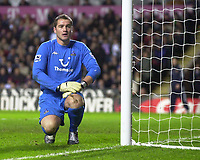Fotball<br /> Premier League England 2004/2005<br /> Foto: SBI/Digitalsport<br /> NORWAY ONLY<br /> <br /> 22.11.2004<br /> <br /> Aston Villa v Tottenham Hotspur<br /> FA Barclays Premiership, Villa Park<br /> <br /> Spurs' keeper Paul Robinson is not a happy man as Villa take a 1-0 lead thanks to Nolberto Solano's goal.
