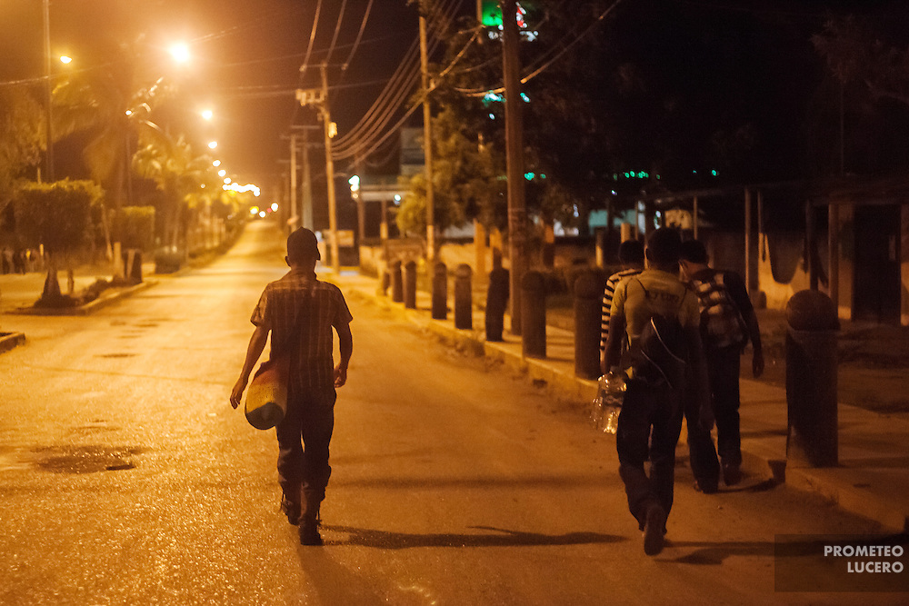 TENOSIQUE, Tabasco.- A group of migrants with destination to the United Stateswalk in the streets of in Tenosique as they could not reach the railroad on midnight.  (Photo: Prometeo Lucero)