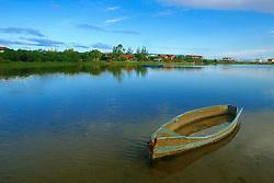 Canoa azul ancorada na lagoa de Ibiraquera no municipio de Imbituba, SC.<br /> FOTO: Jefferson Bernardes / Preview.com