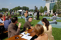 """11 AUG 2002, BERLIN/GERMANY:<br /> Performance der Kuenstlergruppe phase7 """"Strange Particles Evolution"""", waehrend einem Kuenstlerbrunch, Garten, Bundeskanzleramt<br /> IMAGE: 20020811-01-011<br /> KEYWORDS: Künstlerbrunch"""