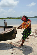 Indígenas guna / mujer varando un cayuco en la comarca de Guna Yala, Panamá.<br /> <br /> Guna indians / woman beaching a cayuco in Guna Yala region, Panama.