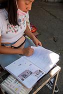 Jazmín es una joven de 17 años de edad que trabaja con su mamá en un puesto de dulces y  vende postres entre los comerciantes cercanos a su negocio, además, estudia el bachillerato. Para tomar clases y entregar tareas se vale de su teléfono y el internet y computadora que le facilitan sus amigos.