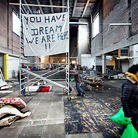 Nederland, Amsterdam , 29 december 2012..Vrijwilligers helpen asielzoekers in de vluchtelingenkerk St. Jozef met voorzieningen zoals verlichting d.m.v. het ophangen en installeren van tl-buizen..Foto:Jean-Pierre Jans