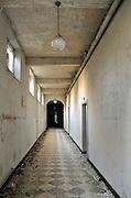 Nederland, Heel, 15-11-2011Voormalig klooster en internaat voor verstandelijk gehandicapte meisjes Sint Anna in Heel, gemeente Maasgouw. Gesticht in 1880. Begin vijftiger jaren was het sterftecijfer er verdacht hoog, evenals op het jongensinternaat Daelzicht, Sint Joseph. Justitie onderzocht de dood van 34 jongens op dat internaat, naar aanleiding van informatie van de commissie Deetman. Die deed onderzoek naar seksueel misbruik binnen de rooms-katholieke kerk. Uiteindelijk werd hiervoor in dit geval geen bewijs aangedragen.Zorg voor zwakzinnigen. De gebouwen wachten op verbouw tot appartementen, maar staan al jaren leeg.Foto: Flip Franssen/Hollandse Hoogte