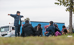 25.09.2015, Grenzübergang, Salzburg, AUT, Fluechtlingskrise in der EU, im Bild Flüchtlinge an der Grenze zu Deutschland auf der Strasse // Migrants on the Road to the German Border. Thousands of refugees fleeing violence and persecution in their own countries continue to make their way toward the EU, border crossing, Salzburg, Austria on 2015/09/25. EXPA Pictures © 2015, PhotoCredit: EXPA/ JFK