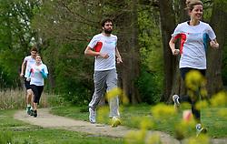 10-04-2014 NED: NY City Marathon training Vriendenloterij, Amsterdam<br /> In het Amsterdamse Vondelparkwerden de eerste meters ggelegd door de lopers van de vriendenloterij / (L-R) Bas, Judith, Simon, Linda