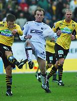 Anders Juliussen, Moss, klarerer foran Dag Christian Sørum, Sogndal. Fotball: Moss - Sogndal. Tippeligaen 2002. Melløs, Moss. 14. april 2002. (Foto: Peter Tubaas/Digitalsport)