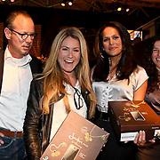 NLD/Amsterdam/20081213 - Jackie's 5th Anniversary Party, Nikki Plessen en Suzanne de Jong krijgen de nieuwste Samsung telefoon